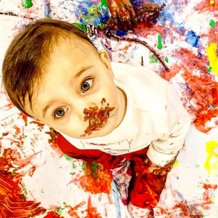 bambino che dipinge ai laboratori per bambini